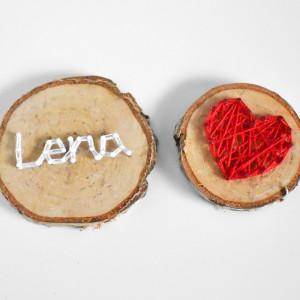 2 drewniane magnesy na lodówkę: Dowolne imię Serce
