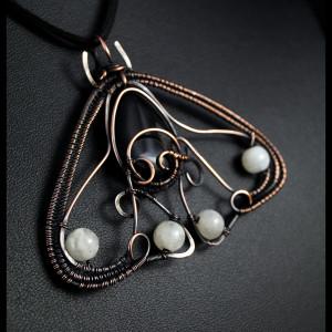 Agat ćma, miedziany wisior z kamieniem księżycowym