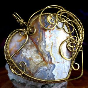 Agat koronkowy, mosiężny wisior z agatem serce