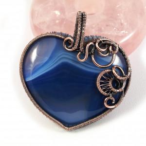 Agat, Wisior z miedzi z agatem niebieskim serce.