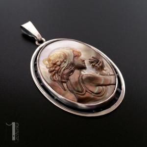 Amfitryta srebrny medalion z masą perłową