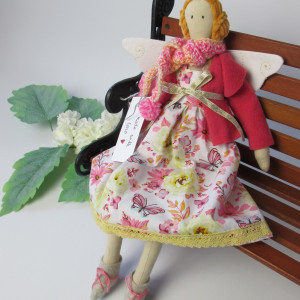 Anioł dekoracyjny w sukience w różowe kwiaty