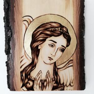 Anioł wypalony w drewnie. Złota aureola.