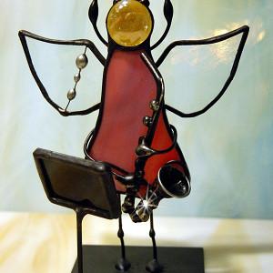 Aniołek witrażowy 3D z saksofonem