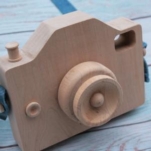 Aparat drewniany dla dzieci ze skórzanym paskiem