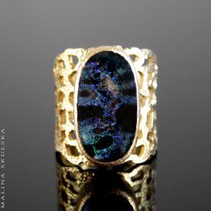 Ażurowy pierścień z opalem australijskim