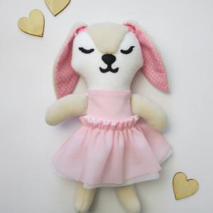 Beżowy króliczek w różowej tiulowej sukience