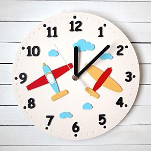 Beżowy zegar z samolotami