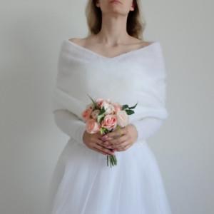 Biała narzutka ślubna