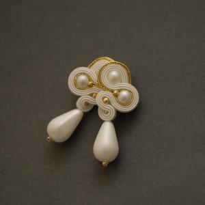biało-złote kolczyki lub klipsy sutasz