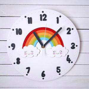 Biały zegar dla dziecka z tęczą