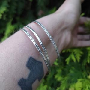 Bransoleta srebrna młotkowana obręcz