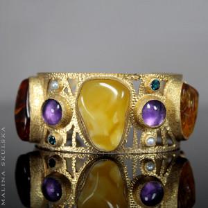 Bransoleta z bursztynem, kamieniami i perłami