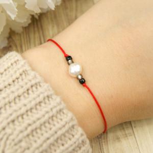 Bransoletka perła na czerwonym sznurku II