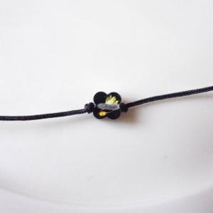 Bransoletka wiązana na nici nylonowej czarna