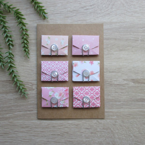 Brązowa eko karta z różowymi kopertami