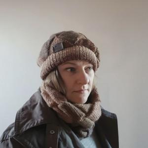 Brązowy beret z otulaczem