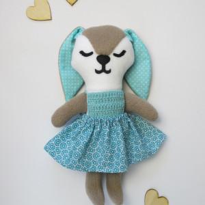 Brązowy króliczek w turkusowej sukience