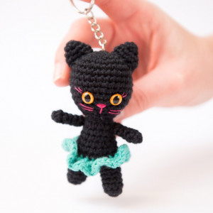 Brelok kotka w spódniczce. Czarna z turkusem