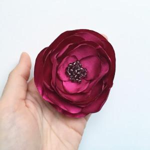 Broszka kwiat satynowa bordo