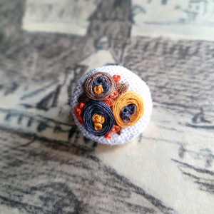 Broszka, przypinka ręcznie haftowana