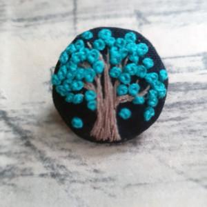 Broszka, przypinka ręcznie haftowana drzewo 1
