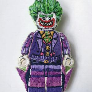 Broszka, przypinka ręcznie haftowana Joker