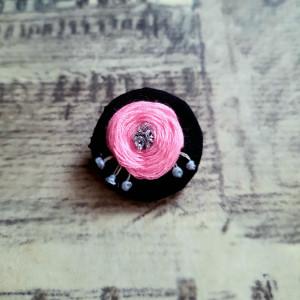 Broszka, przypinka ręcznie haftowana kwiatek