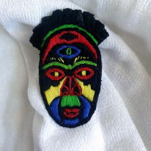 Broszka, przypinka ręcznie haftowana Maska