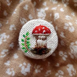 Broszka, przypinka ręcznie haftowana Muchomor