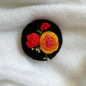 Broszka, przypinka ręcznie haftowana róża