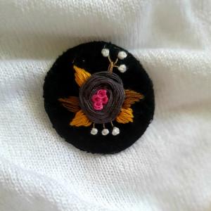 Broszka, przypinka ręcznie haftowana róża I