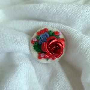 Broszka, przypinka ręcznie haftowana róża II