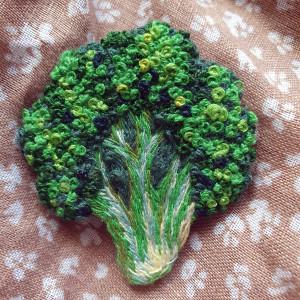 Broszka ręcznie haftowana Brokuł