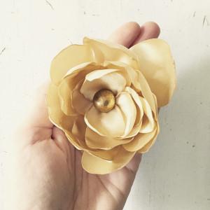 Broszka satynowa kwiat ecru