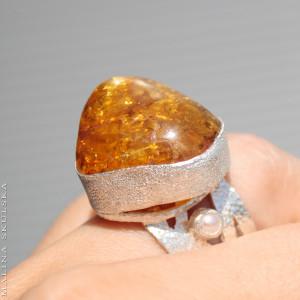 Bursztyn z perłami na ażurowej obrączce