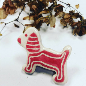 Ceramiczna broszka - Pies