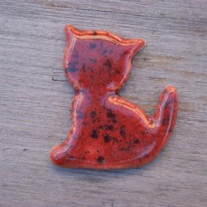 Ceramiczny magnes kot czerwony