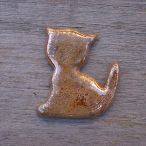 Ceramiczny magnes kot stare złoto