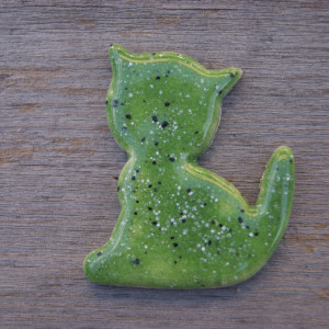 Ceramiczny magnes kot zielony