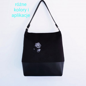Czarna torebka na ramię z szarą różą