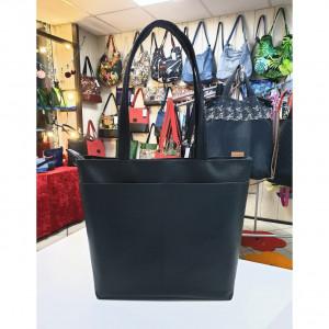 Czarna torebka z dwoma kieszonkami na przodzie