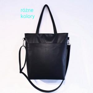 Czarna torebka z kieszonkami na przodzie i tyle