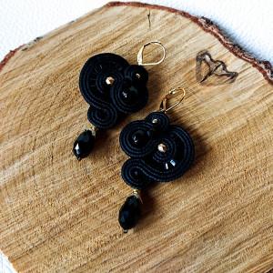 Czarne kolczyki z złotymi akcentami