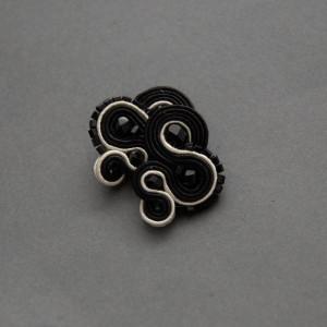 czarno-białe kolczyki lub klipsy sutasz