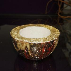 Czarno-czerwono-złoty świecznik z betonu