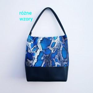 Czarno niebieska torebka we wzór skóry węża