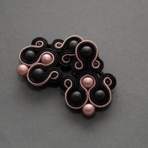 czarno-różowe kolczyki lub klipsy sutasz 3