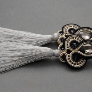 czarno-szare kolczyki lub klipsy sutasz