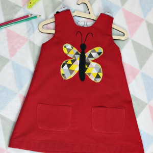 Czerwona sukienka dwustronna z motylem (92 cm)